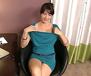 Zoey Holloway StepMom HandJob