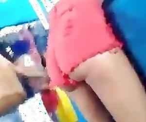 Novinha empina mostrando polpinha