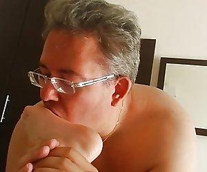 Mikropenis Michael Skoti leckt Manus Fuesse